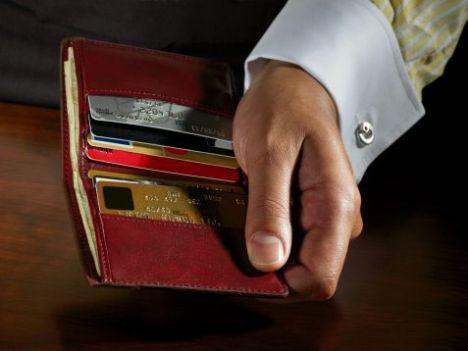 Cep telefonu ve faturası Aldatan erkekler genelde bununla yakalanırlar. Aramalar ve yolladığı mesajlar kiminle konuştuğunu gösterir. Faturasındaki numaralara bakarak sizinle olmadığı zamanlarda kimlerle konuştuğunu görebilirsiniz.  Cüzdanı Bir sürü kredi kartı varsa, çok harcama yapıyor demektir. Sadece bir ya da iki kredi kartı varsa, sorumluluk sahibi bir kişi olduğunu anlayabilirsiniz. Gold veya platin kartı varsa, bu size geliriyle ilgili bir fikir verebilir.   Anasayfaya dönmek için tıklayın!